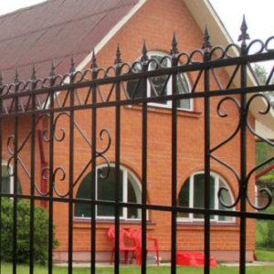 Забор с ковкой